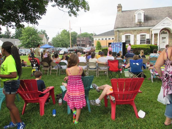 Wallkill residents enjoy a summer afternoon on the library lawn / Photo: Mary Lou Carolan